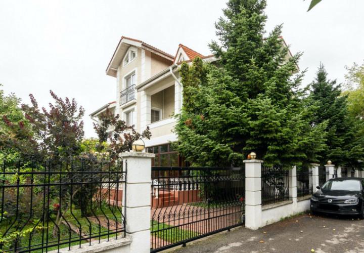 2 Unitati Locative cu 2 Intrari Separate acomodand 7 Dormitoare in Iancu Nicolae
